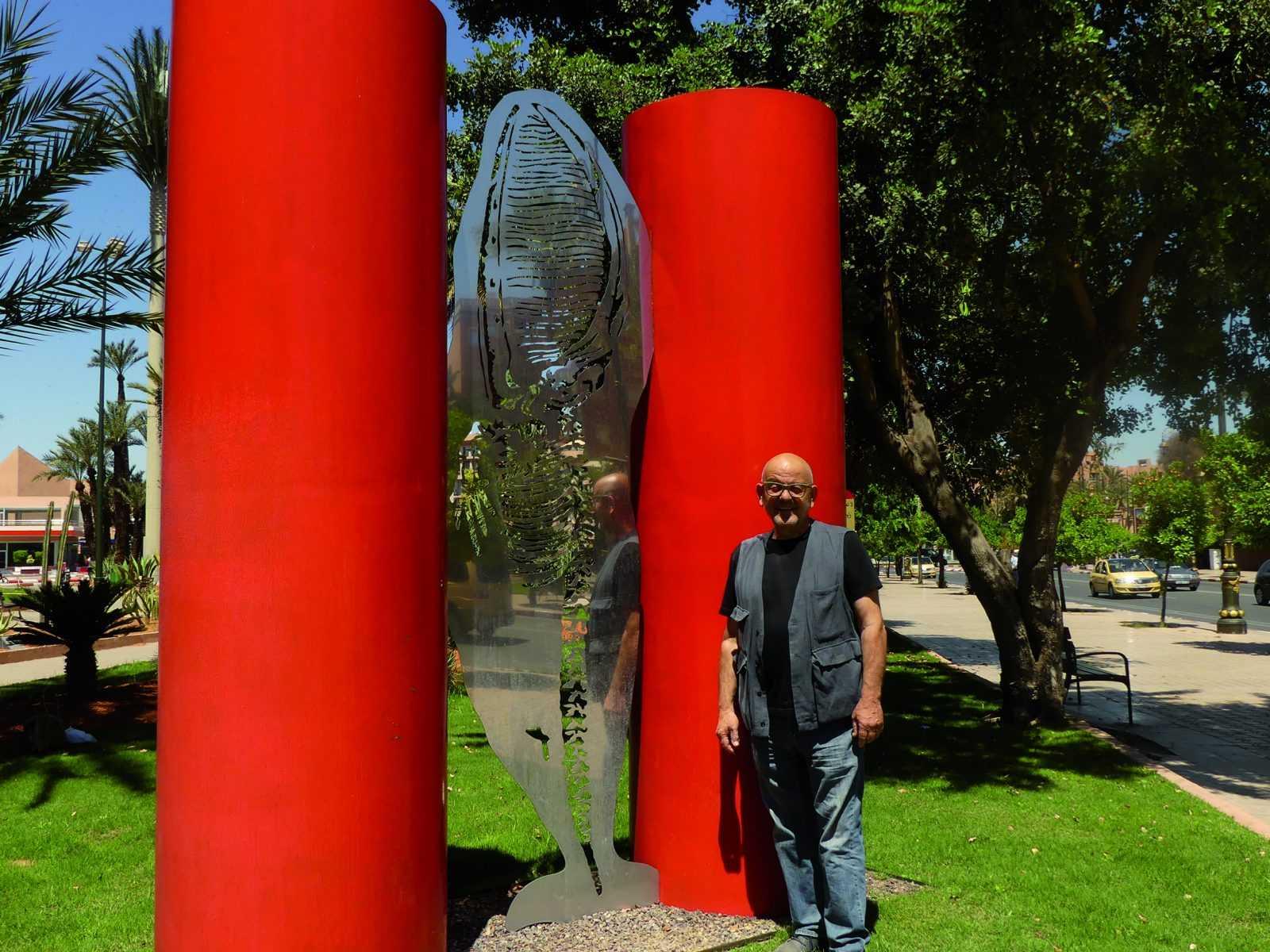 « Entre les deux colonnes rouges », une baleine se love Le mammifère mythique plaide pour l'environnement