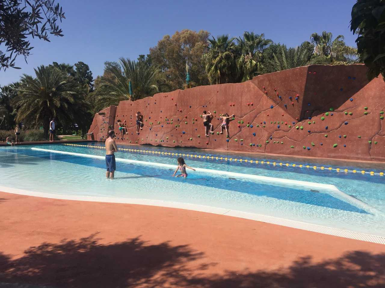 Le mur d'escalade est la grande nouveauté du célèbre parc aquatique Oasiria,